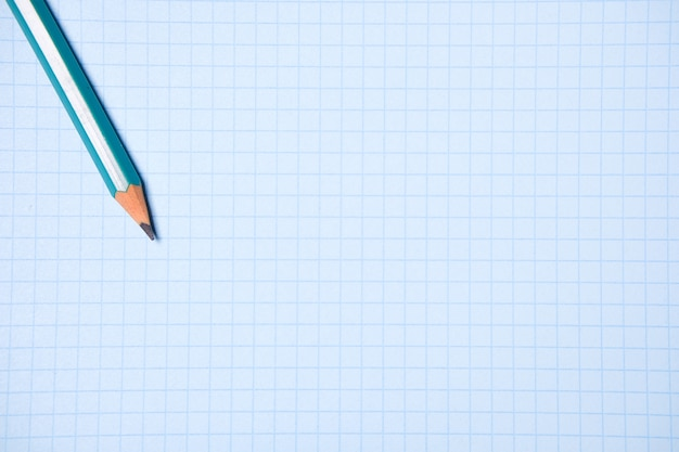 Ołówek na pustym arkuszu białego papieru. pojęcie edukacji, biznesu, przedsiębiorczości. Premium Zdjęcia