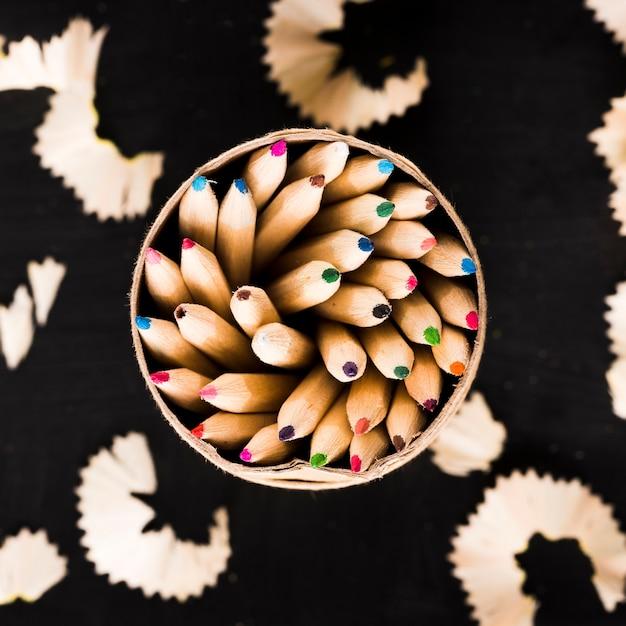 Ołówki w puszce i wióry na czarnym tle Darmowe Zdjęcia