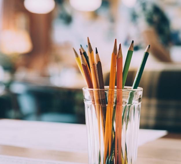 Ołówki W Wielu Kolorach W Szklance Darmowe Zdjęcia