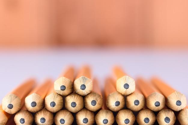 Ołówkowe porady na stole z drewnianym tłem Premium Zdjęcia