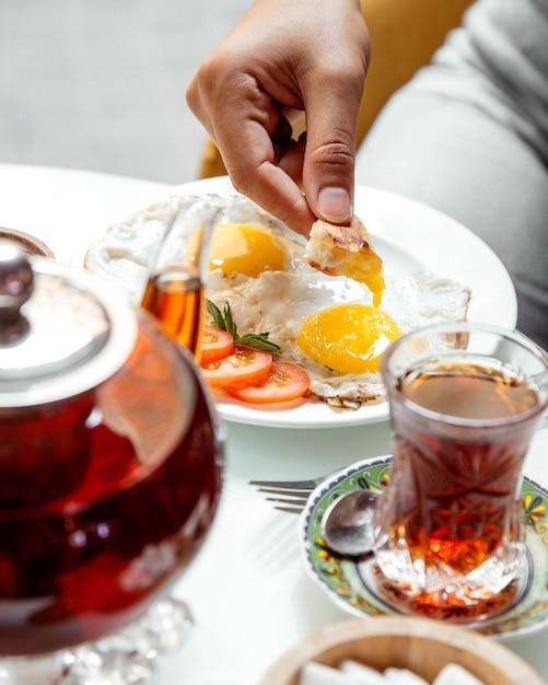 Omlet I Czarna Herbata Na Stole Darmowe Zdjęcia