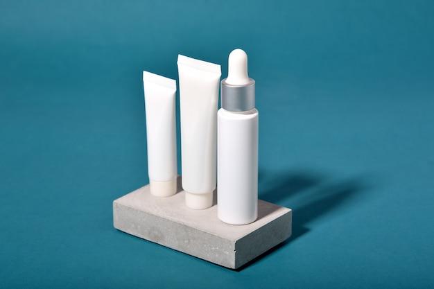 Opakowania Na Butelki Kosmetyczne Z Efektem Cienia I Efektu świetlnego Na Liściach, Pusta Etykieta Dla Ekologicznego Brandingu, Koncepcja Naturalnego Produktu Do Pielęgnacji Skóry Premium Zdjęcia