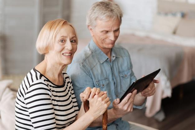 Opanowanie Współczesnych Technologii. Dwie Mądre, Energiczne Starsze Osoby Spędzają Razem Czas, Oglądając Ciekawe Filmy Na Tablecie Premium Zdjęcia