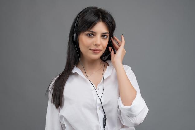 Operator call center odpowiadający na klientów w firmie za pomocą wsparcia technicznego Premium Zdjęcia