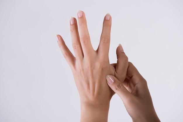 Opieka Zdrowotna I Medyczna. Kobieta Masuje Jej Bolesną Rękę. Premium Zdjęcia