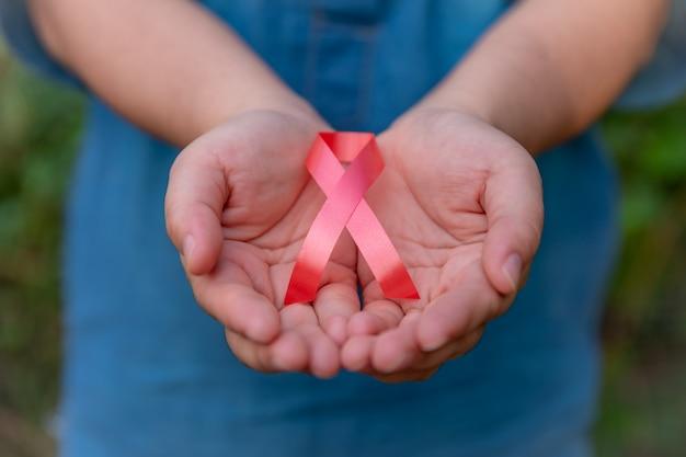 Opieka Zdrowotna I Medyczny Pojęcie - Kobiety Ręka Trzyma Czerwonego Faborek Premium Zdjęcia