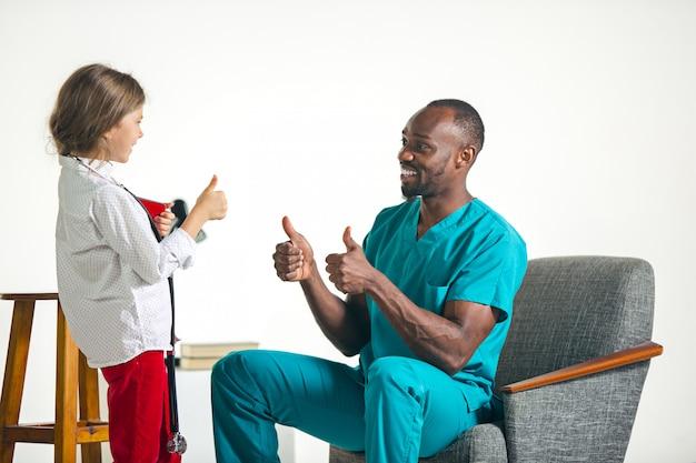 Opieka Zdrowotna I Medyczny Pojęcie - Lekarka I Dziewczyna Z Stetoskopem W Szpitalu Darmowe Zdjęcia