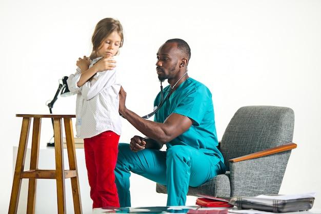 Opieka Zdrowotna I Medyczny Pojęcie - Lekarka Słucha Dziecko Klatka Piersiowa W Szpitalu Z Stetoskopem Darmowe Zdjęcia