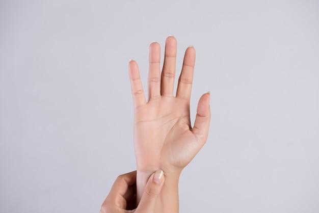 Opieka zdrowotna . kobieta masuje jej bolesną rękę. Premium Zdjęcia