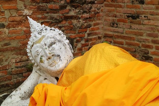 Opierający Się Wizerunek Buddy W świątyni Wat Yai Chai Mongkhon W Ayutthaya, Tajlandia Premium Zdjęcia