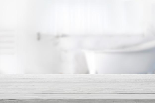 Opróżnia Drewnianego Wierzchołka Stół Z Zamazanym łazienki Tłem. Premium Zdjęcia