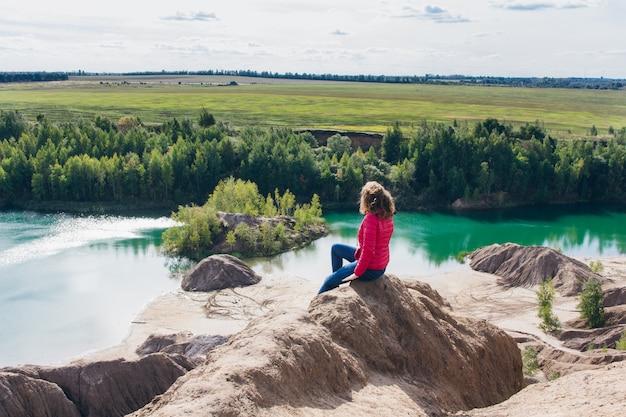Opuszczony Kamieniołom Piasku Do Błękitnego Jeziora Premium Zdjęcia