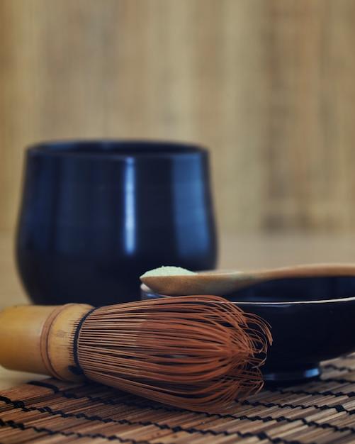 Organiczna zielona herbata matcha na drewnianym Premium Zdjęcia