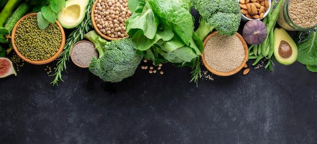 Organiczne Jedzenie Wegetariańskie. Bogate W Białko Warzywa I Zboża Na Czarnym Tle Z Miejsca Na Kopię. Transparent/ Premium Zdjęcia