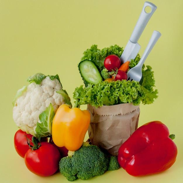 Organiczne Warzywa Brokuły Ogórki Papryka Jabłka W Brązowym Papierze Torba Spożywcza Kraft. Zdrowa Dieta Błonnik Wegański Premium Zdjęcia