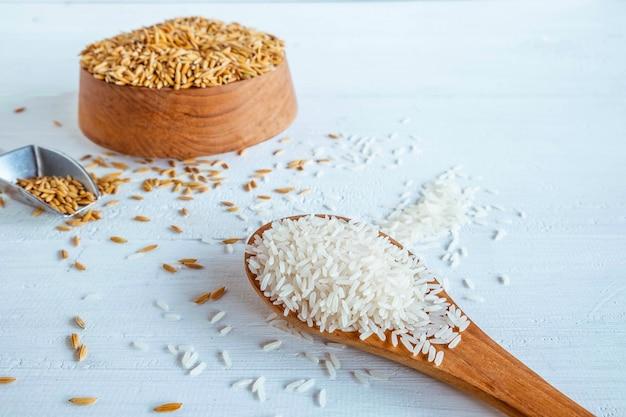 Organicznie Biały Ryż I Irlandczyk Na Drewnianym Stole Premium Zdjęcia