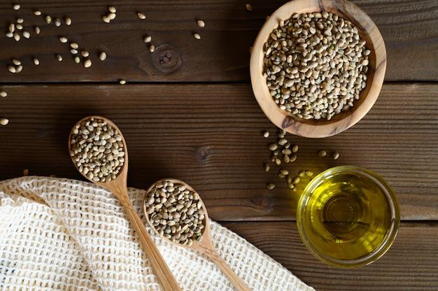 Organicznie Suszone Nasiona Konopi W Kompozycji Z Przedmiotami Kuchennymi Na Drewnianym Premium Zdjęcia