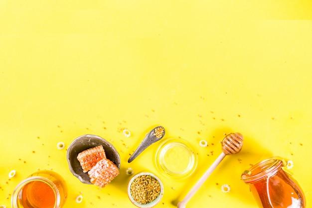 Organiczny Kwiatowy Miód W Słoikach Z Pyłkami I Plastrami Miodu Premium Zdjęcia