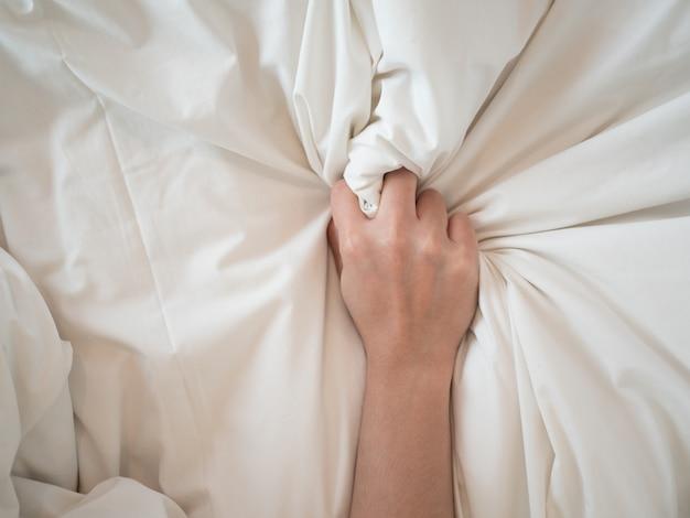 Orgazm Ręka Kobiety W Pożądaniu I Miłości Premium Zdjęcia