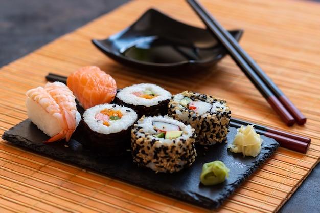 Orientalne Japońskie Jedzenie Oparte Na Sushi, Maki, Nigiri, Unagi, Wasabi, Ryżu I świeżych Rybach Premium Zdjęcia
