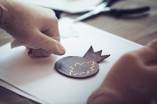 Origami W Kształcie Granatu Na Czystym Papierze. Wysokiej Jakości Zdjęcie Darmowe Zdjęcia