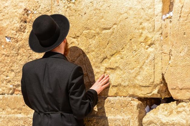 Ortodoksyjny żyd modli się przy ścianie zachodniej w jerozolimie, izrael Premium Zdjęcia