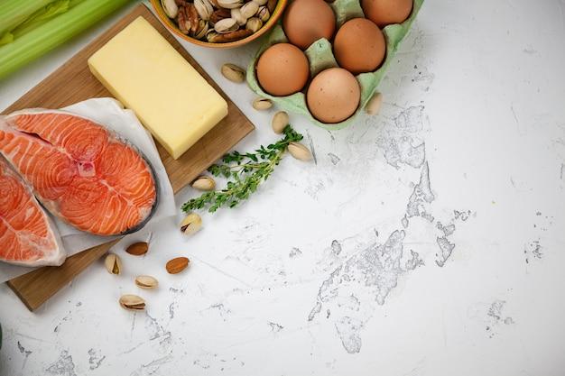 Orzechy, łosoś, Jajka, Przetwory Mleczne, Warzywa Premium Zdjęcia
