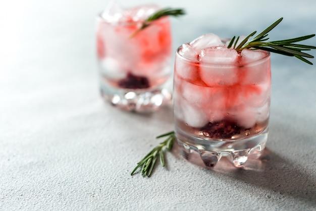 Orzeźwiające Lato Pije Koktajle W Szklankach Z Lodem Premium Zdjęcia
