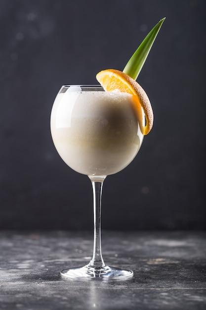 Orzeźwiający Koktajl Alkoholowy Pina Colada W Szklance Postawiony Na Stole Premium Zdjęcia