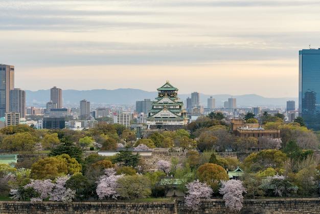Osaka Kasztel Z Czereśniowym Okwitnięciem I Osaka Centrum Biznesowym Dyktatem W Tle Atosaka, Japonia. Premium Zdjęcia
