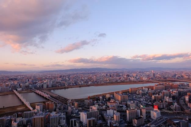 Osaka, Miasto W Japonii, Widok Z Lotu Ptaka Z Budynku Umeda Sky Building. Premium Zdjęcia