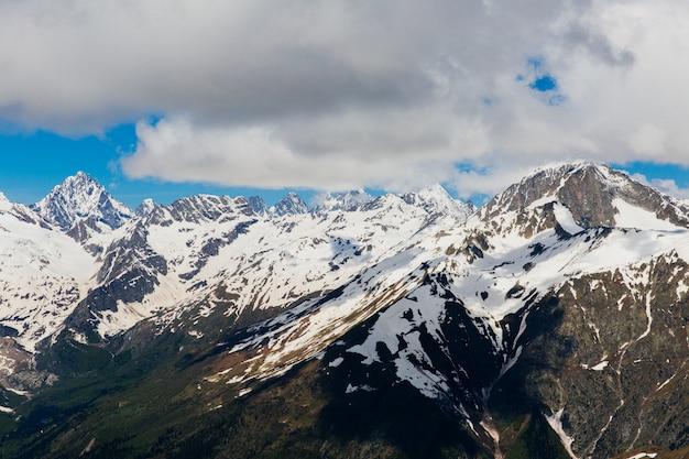 Ośnieżone Góry. Piękny Krajobraz Gór I Błękitne Niebo Premium Zdjęcia