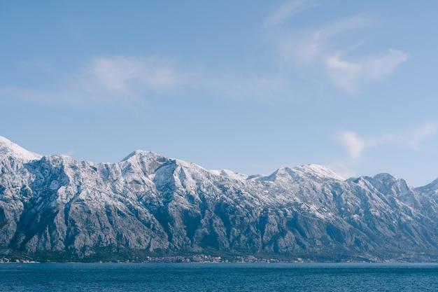 Ośnieżone Szczyty Górskie Z Bliska Premium Zdjęcia