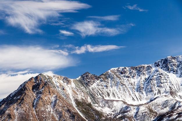 Ośnieżony Szczyt Górski, Lodowiec Przeciw Błękitne Niebo Premium Zdjęcia