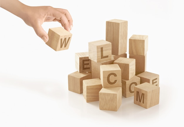 Osoba Bawiąca Się Drewnianymi Klockami Zabawki Premium Zdjęcia