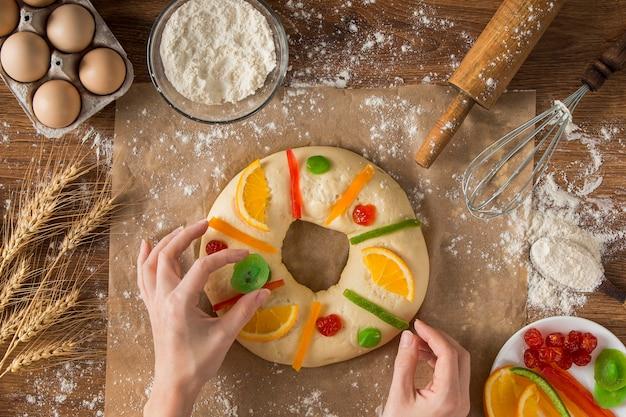 Osoba Dekorująca Tort Objawienia Roscon De Reyes Darmowe Zdjęcia