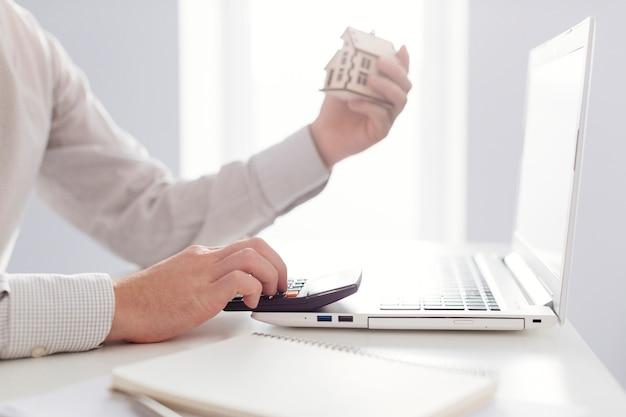 Osoba Licząca Na Laptopie Premium Zdjęcia