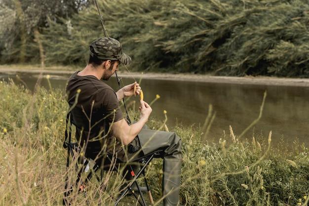 Osoba mocująca haczyk na ryby Darmowe Zdjęcia