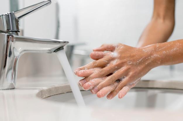Osoba Myjąca Ręce Mydłem Premium Zdjęcia