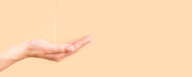 Osoba Myjąca Ręce Premium Zdjęcia