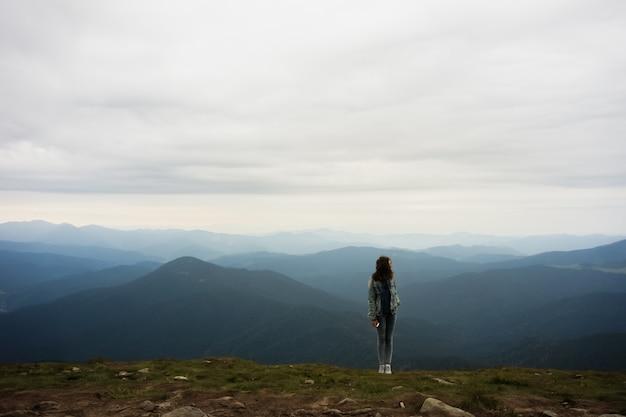 Osoba Na Szczycie Góry Premium Zdjęcia