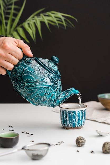 Osoba Nalewająca Herbatę W Szklance Wody Darmowe Zdjęcia