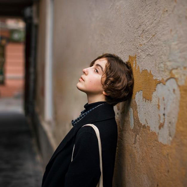 Osoba Niebinarna Z Głową Na ścianie | Darmowe Zdjęcie