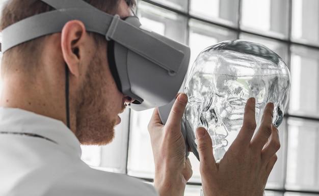 Osoba Nosząca Okulary Wirtualnej Rzeczywistości Trzymająca Przezroczysty Manekin Darmowe Zdjęcia