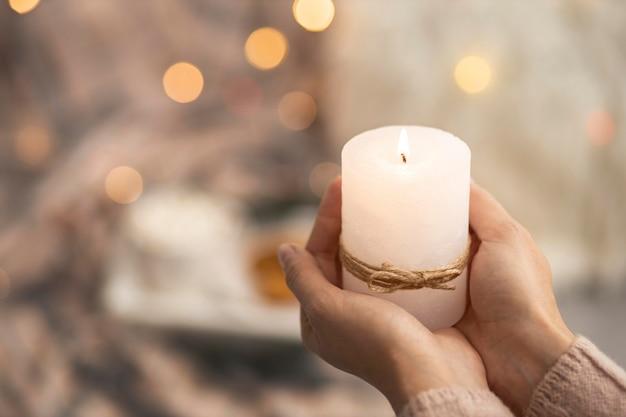 Osoba Posiadająca Zapaloną świecę Z Miejsca Na Kopię Premium Zdjęcia