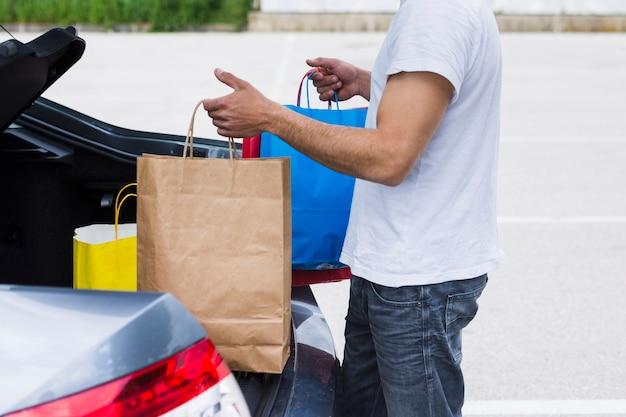 Osoba prowadząca torby na zakupy w samochodzie Darmowe Zdjęcia