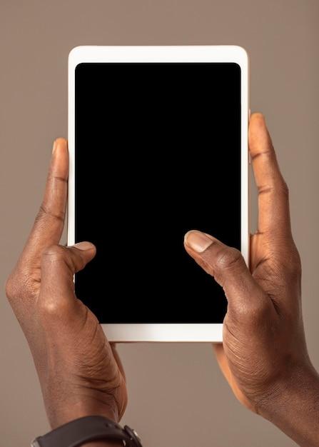 Osoba Trzymająca Cyfrowy Tablet W Pozycji Pionowej Darmowe Zdjęcia
