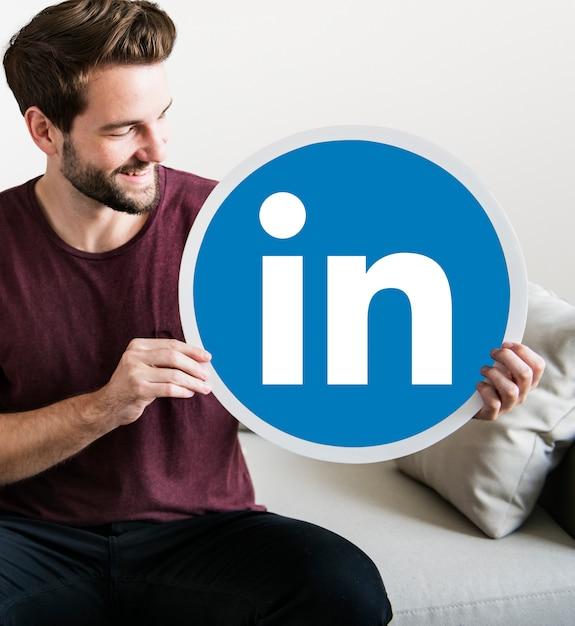 Osoba trzymająca ikonę linkedin Darmowe Zdjęcia