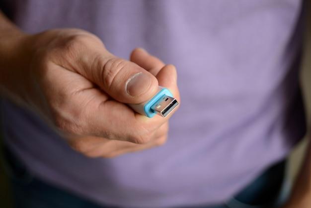 Osoba Trzymająca Pendrive Premium Zdjęcia