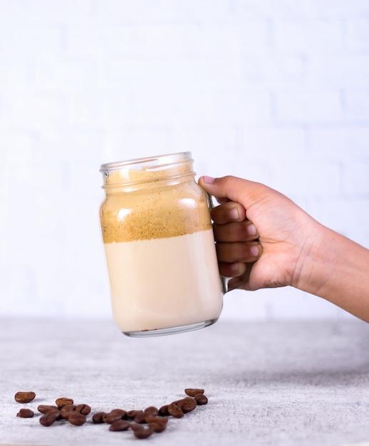 Osoba Trzymająca Słoik Koktajl Karmelowy Na Ziarna Kawy Na Białym Tle Darmowe Zdjęcia